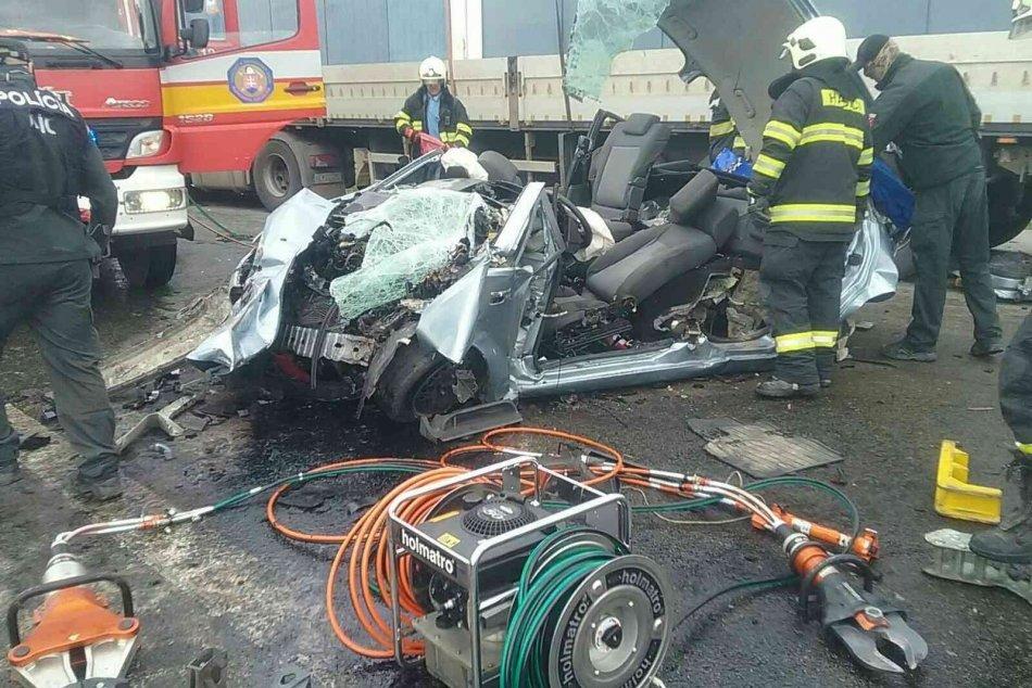 Ťažká nehoda neďaleko Rožňavy: Hasiči z áut vyslobodzovali ľudí!
