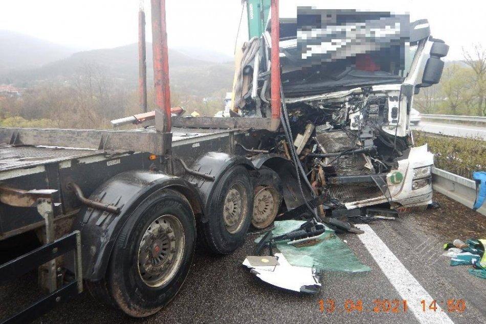 Policajné ZÁBERY: Zrážka dvoch kamiónov pri Novej Bani