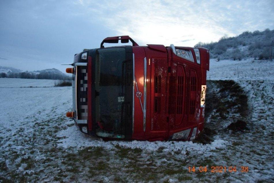 V OBRAZOCH: Kamión skončil na Podpoľaní prevrátený v poli