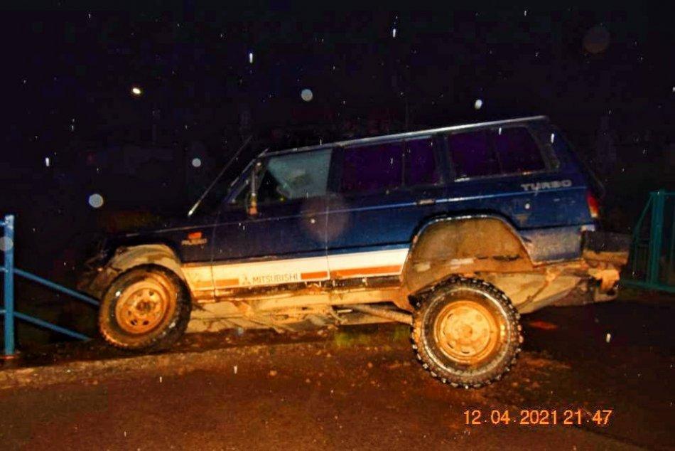 V OBRAZOCH: V Divíne skončil opitý muž s autom nad potokom