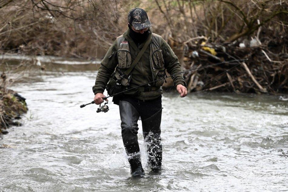 FOTO: Rybár Miroslav Hamaj začal pstruhovú sezónu na potoku Súčanka
