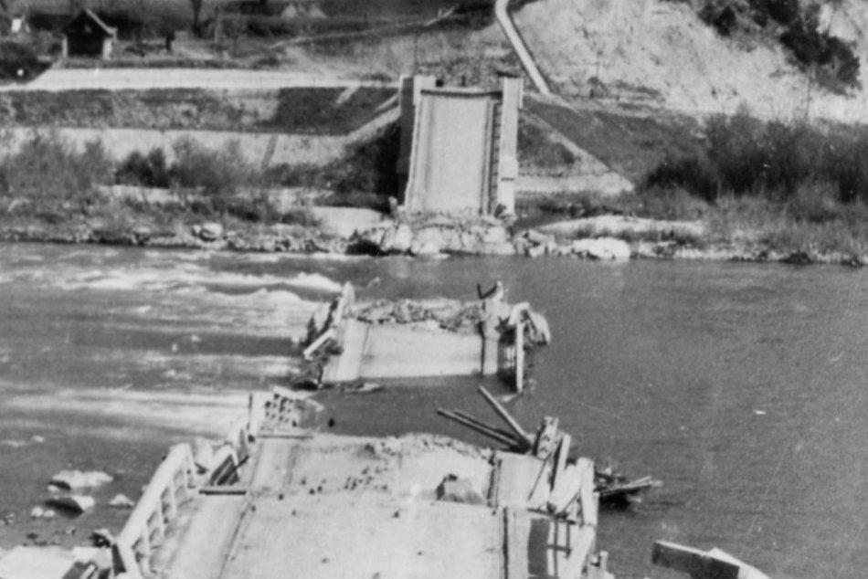 Historické FOTO z vojny: Zničený Orlovský most a odstraňovanie bômb v Považskej