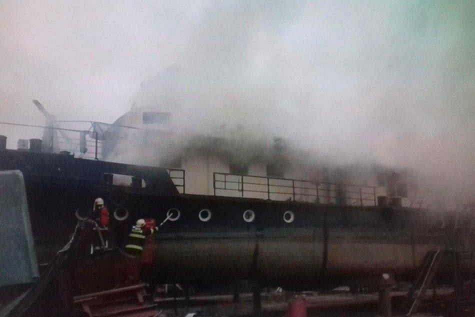 Požiar starej lode v bratislavskom Vlčom hrdle