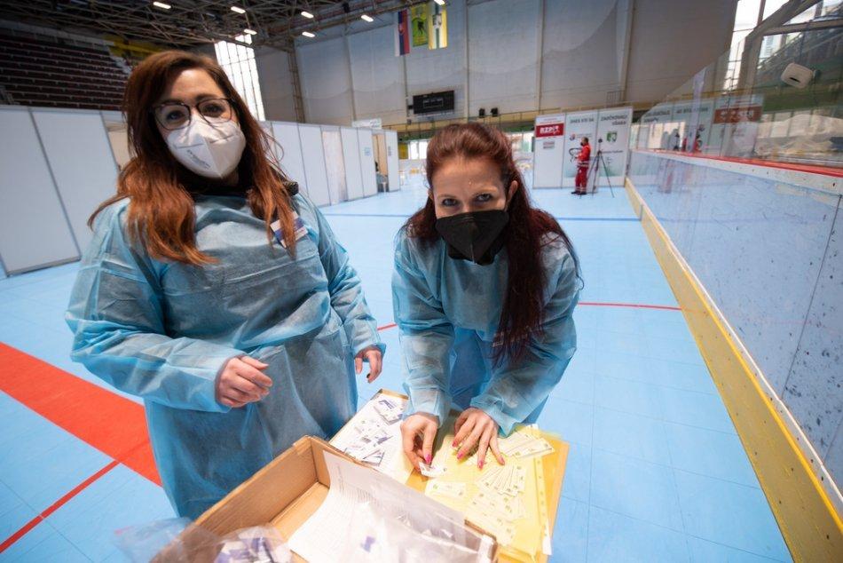 OBRAZOM: Otvorenie očkovacieho centra na zimnom štadióne v Prievidzi