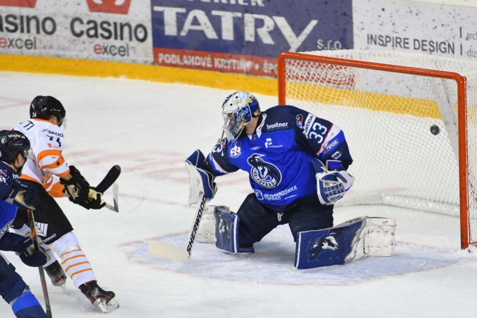 Michalovskí hokejisti si to rozdali na ľade s Popradom