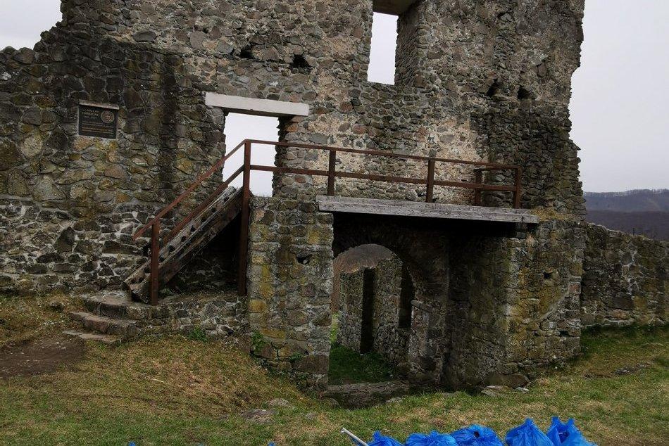 V OBRAZOCH: Vďaka rodinnej brigáde zmizli z Pustého hradu vrecia odpadu