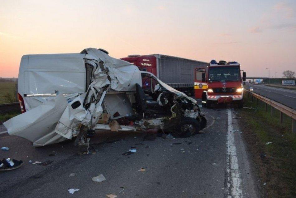 Hrozivá nehoda pred Trnavou: Na diaľnici sa zrazili tri autá, FOTO