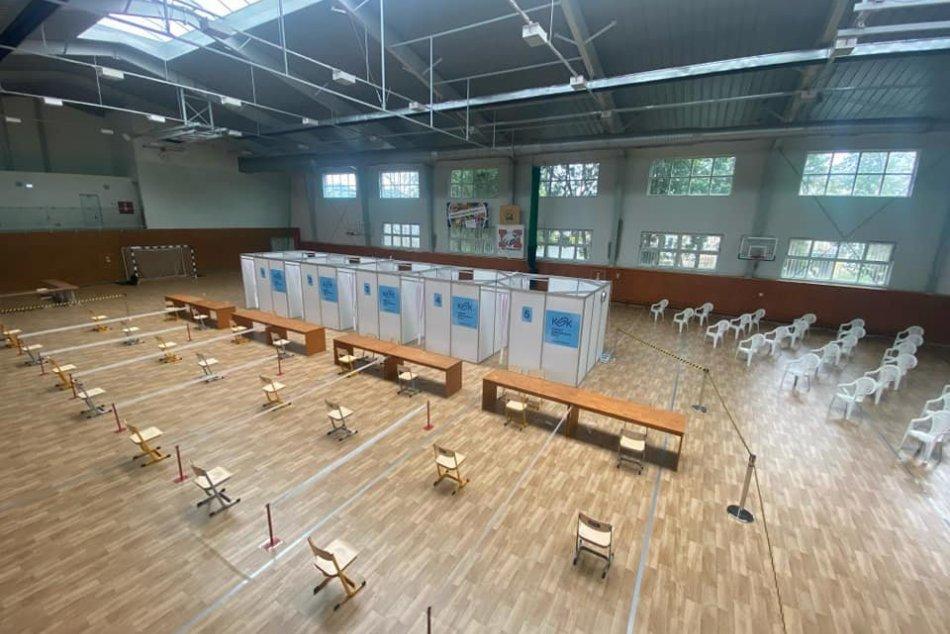 Očkovacie centrum v športovej hale Gymnázia Pavla Horova v Michalovciach