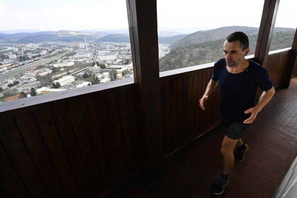 FOTO: Stanislav Ďuriga odbehol maratón na Matúšovej veži Trenčianskeho hradu