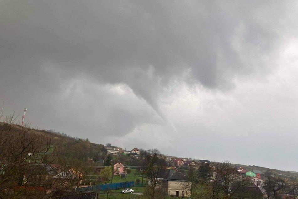 Obrazom: Za divokým počasím na východe bolo zrejme aj tornádo