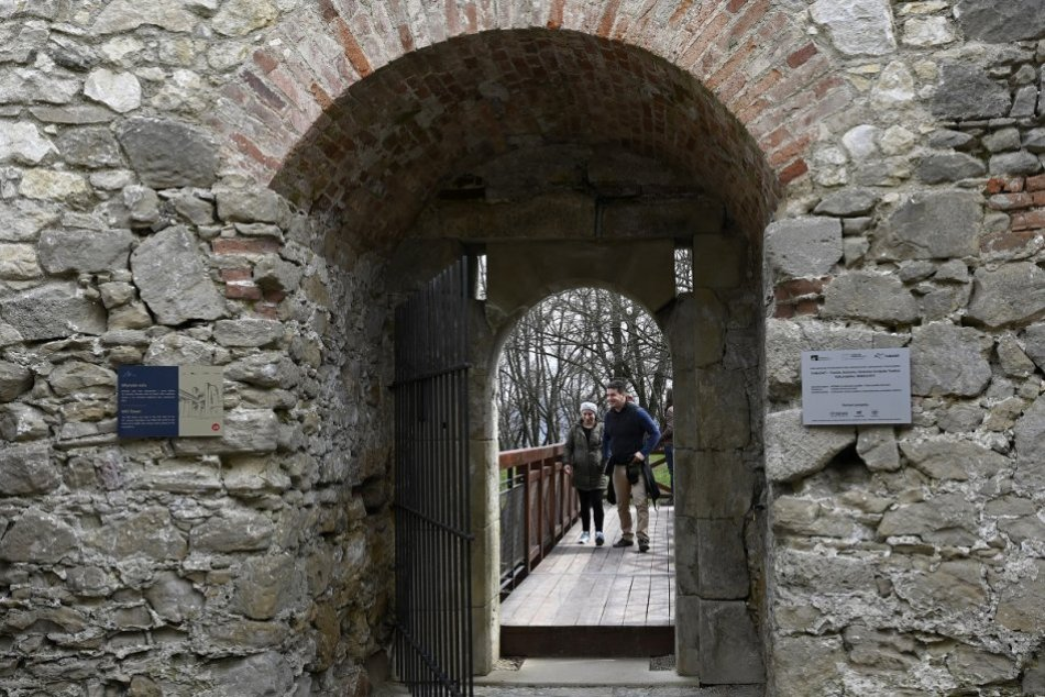 OBRAZOM: Vstup na Trenčiansky hrad cez južné opevnenie z Lesoparku Brezina