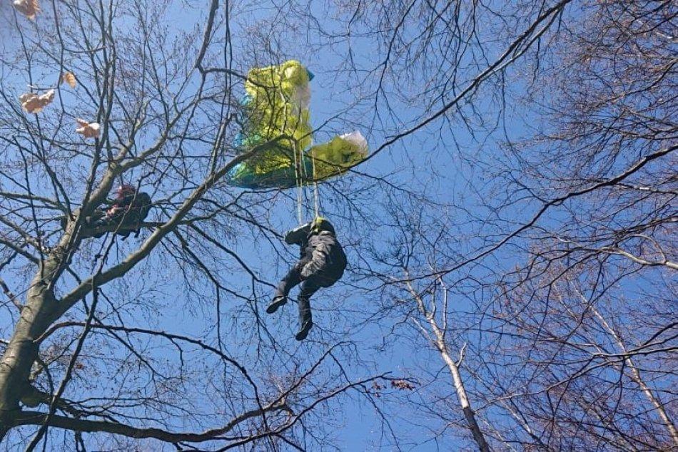 OBRAZOM: Záchrana paraglajdistky zo stromu v Hornej Súči