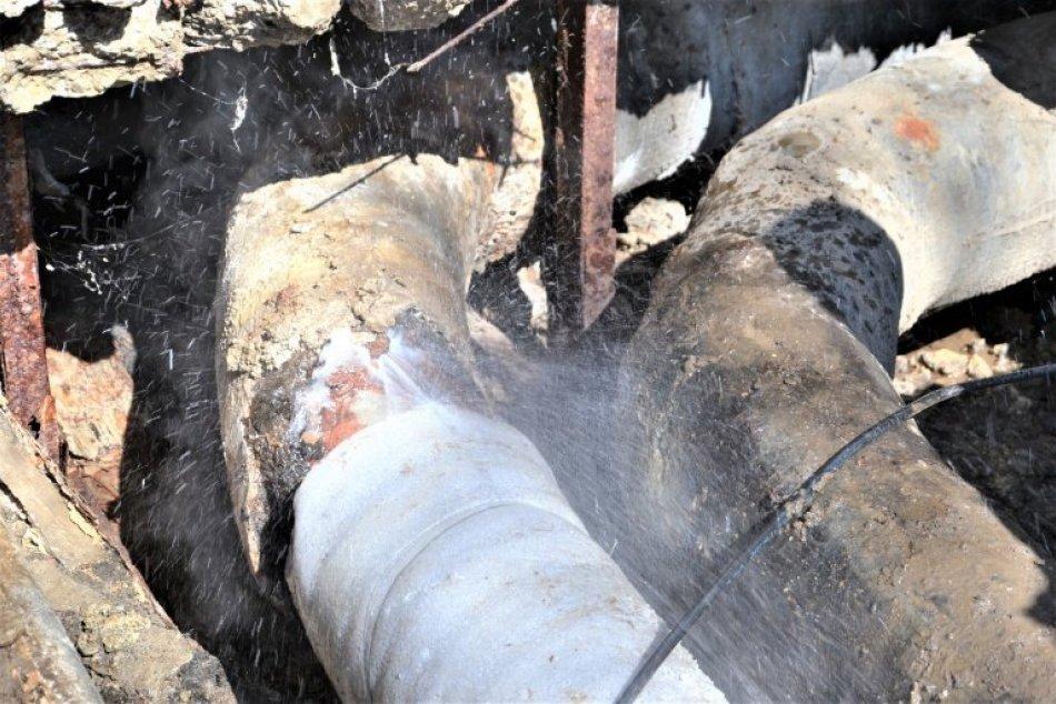Prasknuté potrubie v Humennom