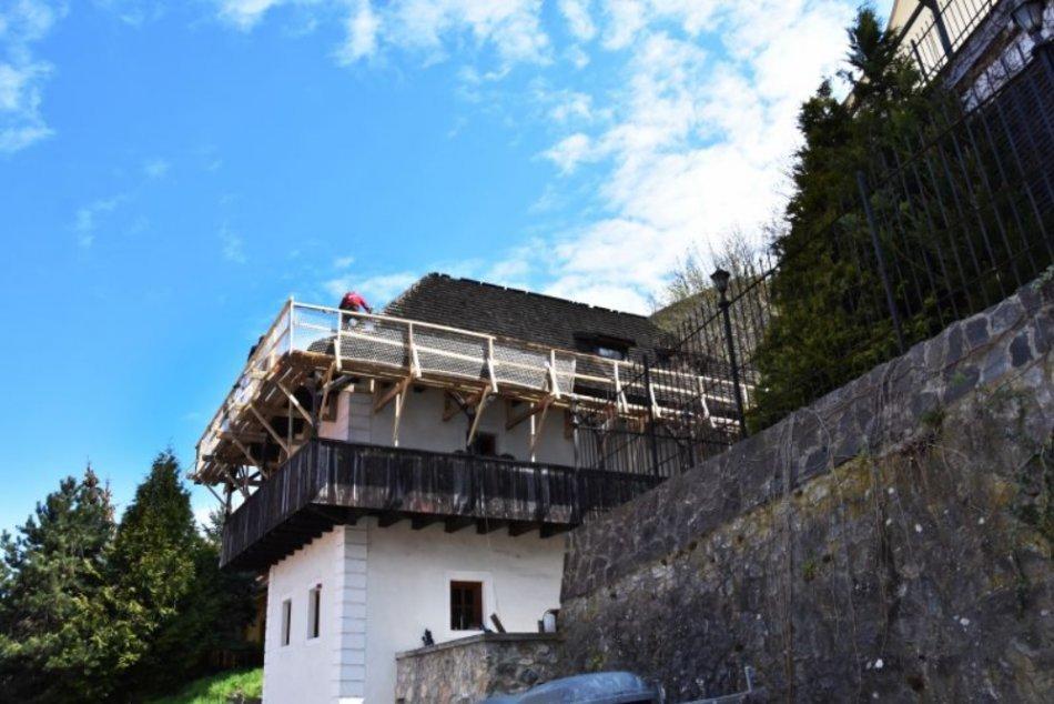 FOTO: Začalo sa s výmenou strešnej krytiny a ochodze na Katovom dome v Trenčíne