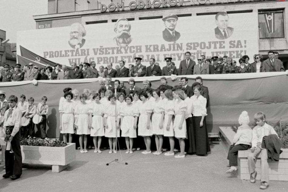 Zábery prvomájových osláv v Nových Zámkoch z rokov 1974 a 1977