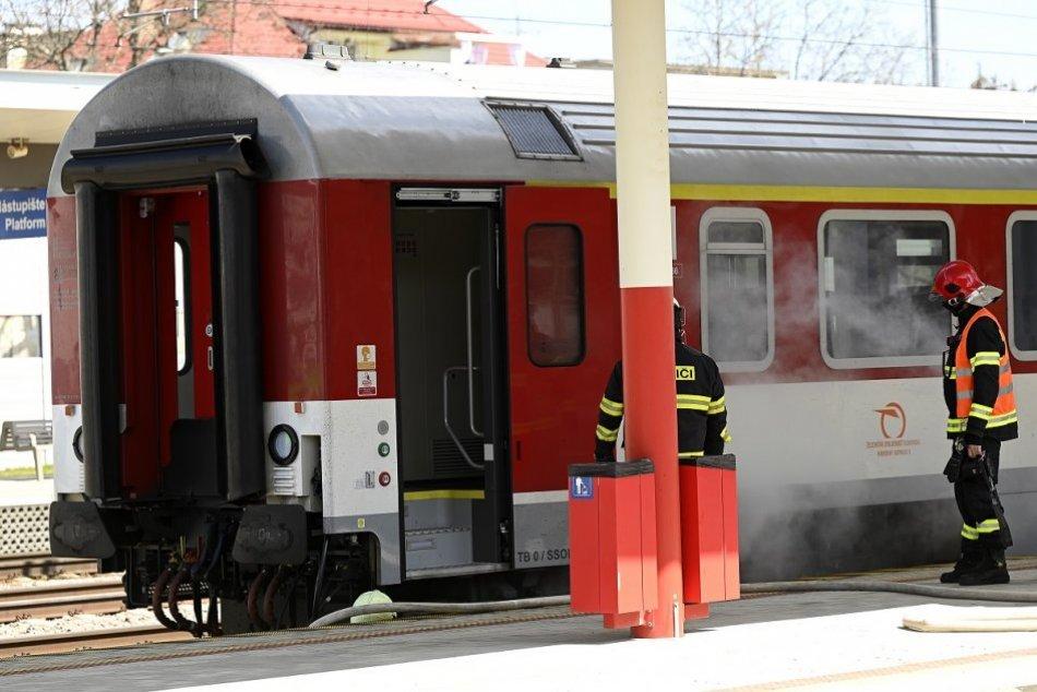 FOTO: Likvidácia požiaru vagóna rýchlika na železničnej stanici v Trenčíne