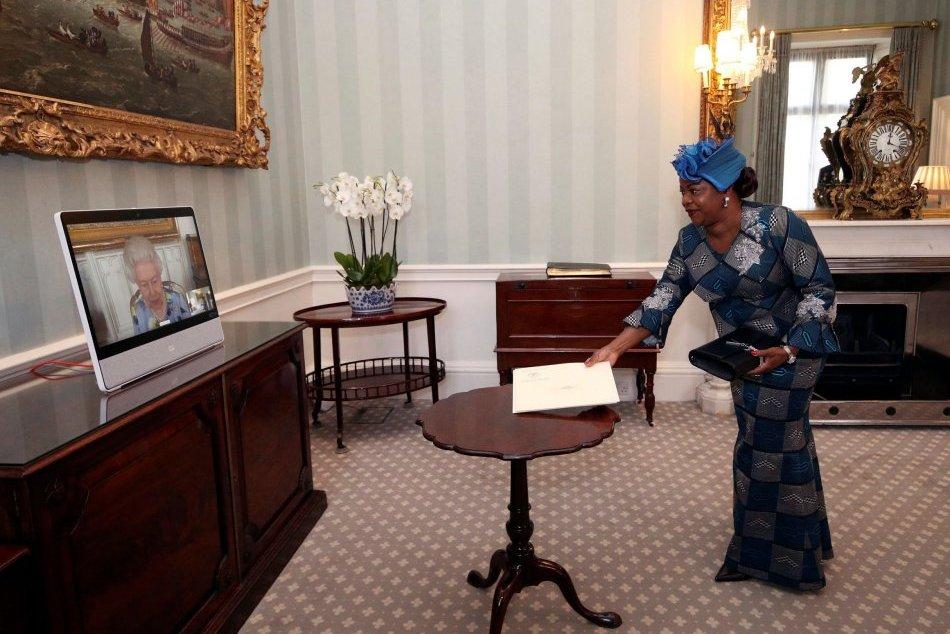 Kráľovná Alžbeta II. prvý raz na verejnosti