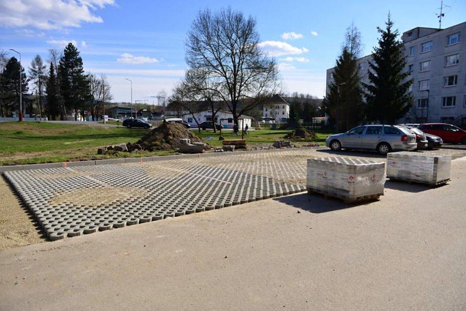 V OBRAZOCH: V Brezne pribudnú desiatky nových parkovacích miest