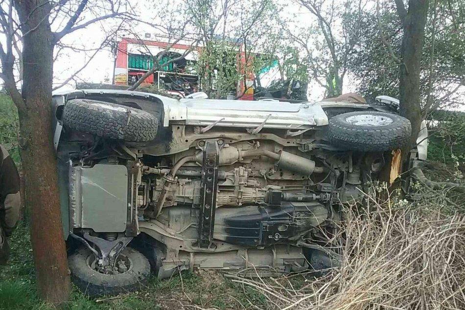 FOTO: Dopravná nehoda pri obci Trenčianska Turná, auto skončilo v stromoch