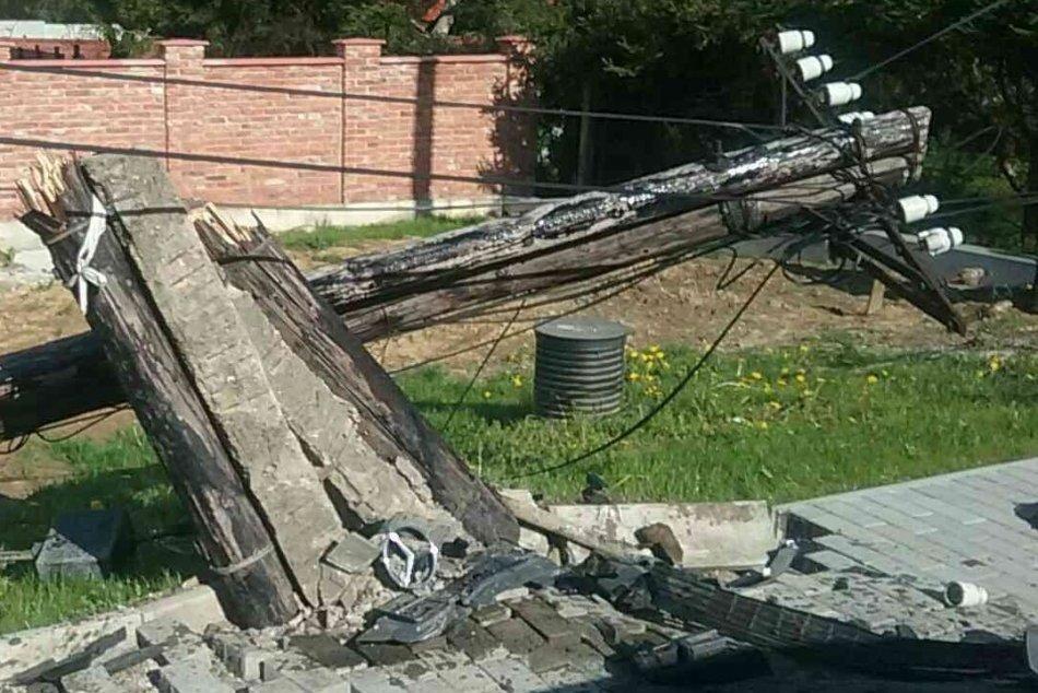 FOTO: Po dopravnej nehode v Nitrianskom Pravne je zničený stĺp a jeden zranený