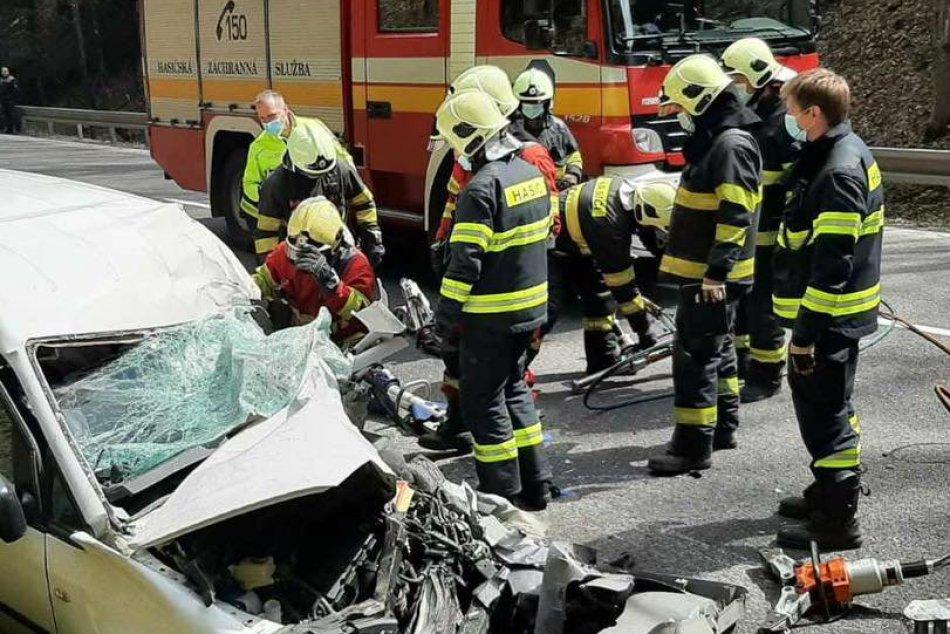 V OBRAZOCH: Na Donovaloch došlo k čelnej zrážke nákladiaka a auta