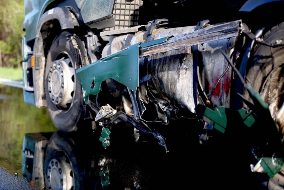 V OBRAZOCH: Kolízia kamióna s autom na Podpoľaní