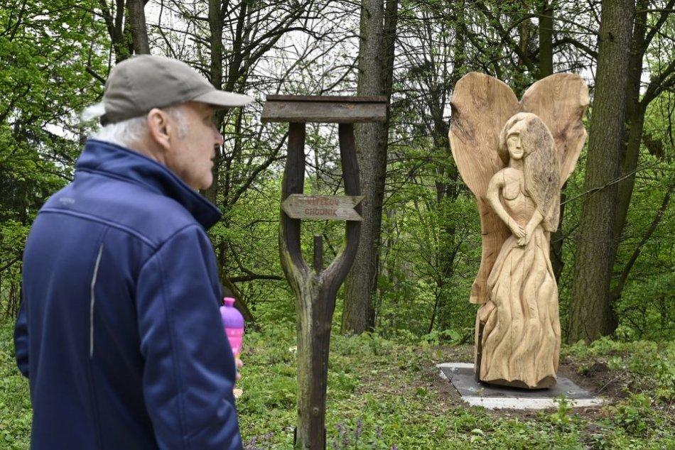 OBRAZOM: Čerešňový sad v Trenčíne oživili dve nové drevené sochy