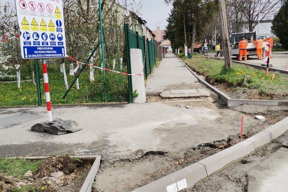 Rekonštrukcia chodníkov a komunikácií pokračuje
