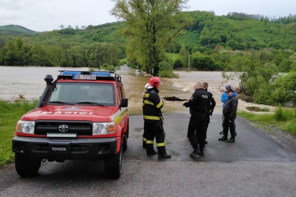 V OBRAZOCH: Hasiči zachránili zo zatopených vozidiel tri osoby