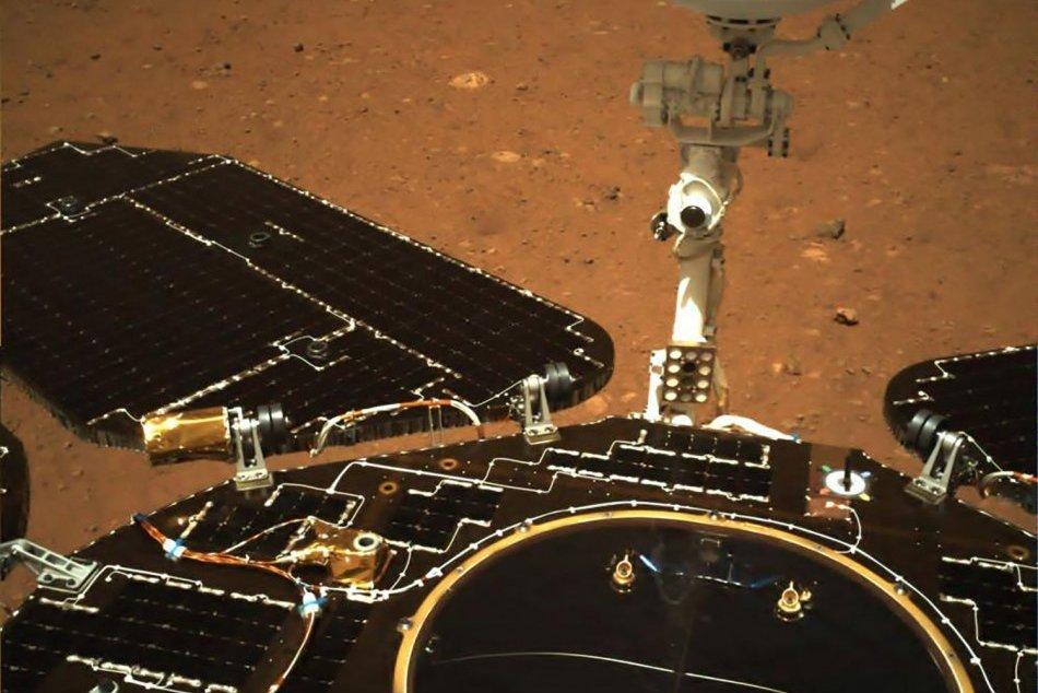 Čínsky rover poslal na Zem prvé fotografie z Marsu