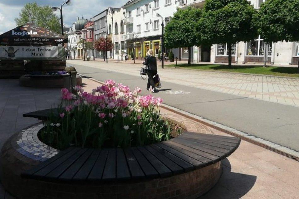 Centrum mesta si ľudia opäť užívajú: Aj s rúškami