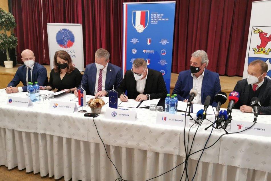 FOTO: Podpis memoranda o vzniku Futbalovej akadémie Trenčianskeho kraja