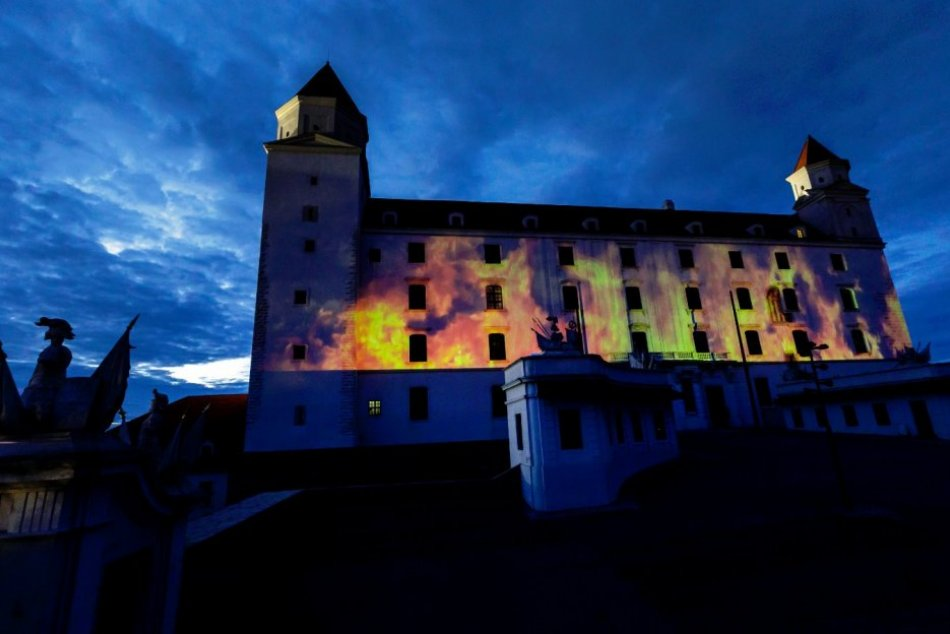 FOTO: Na fasáde Bratislavského hradu premietali videoprojekciu požiaru