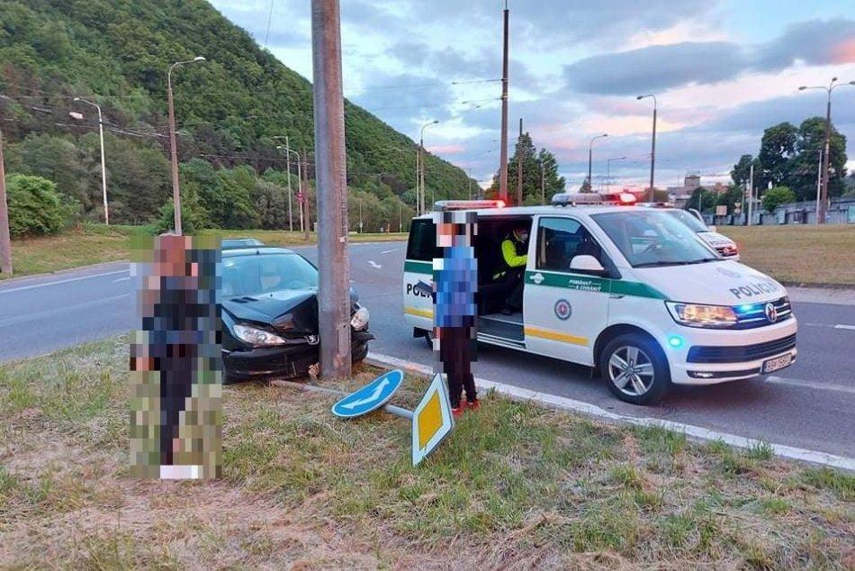 V OBRAZOCH: Nepozorná jazda sa v Bystrici skončila nárazom do stĺpa