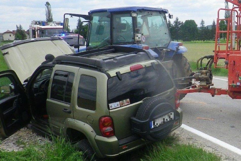 FOTO: Dopravná nehoda priobci Dežerice, traktor sa zrazil s autom