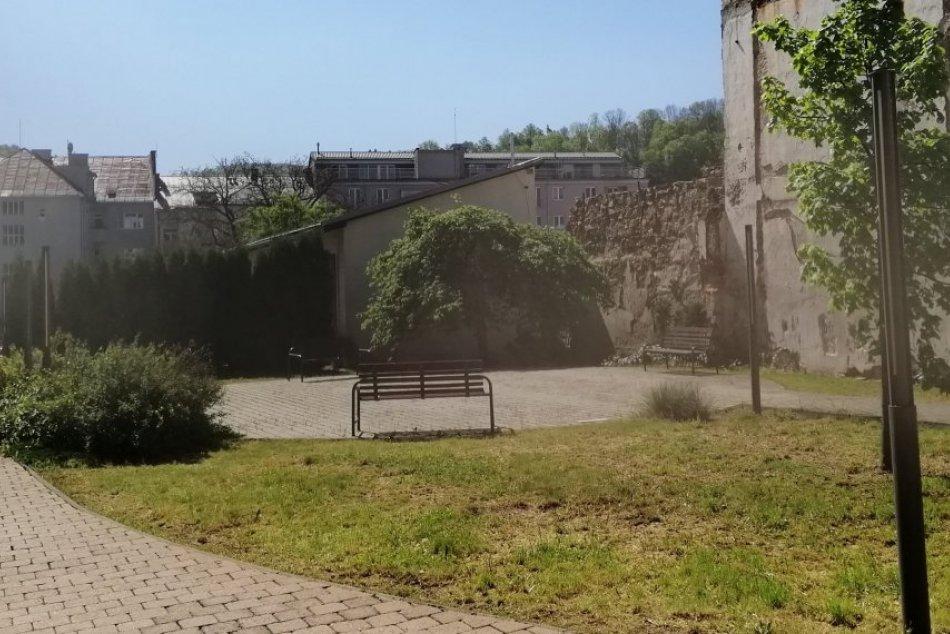 V OBRAZOCH: Bystričania majú k dispozícii 20 nových lavičiek