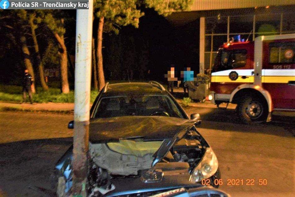 FOTO: Nehoda na ul. Olympionikov v Prievidzi, opitá vodička narazila do stĺpa