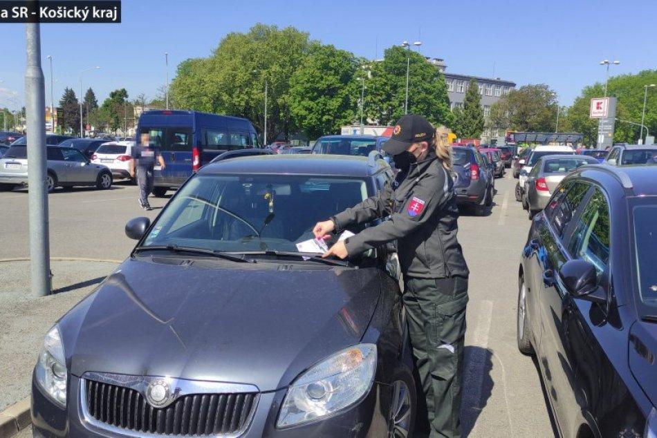 OBRAZOM: Policajti na parkovisku pri OC Zemplín a Kauflande