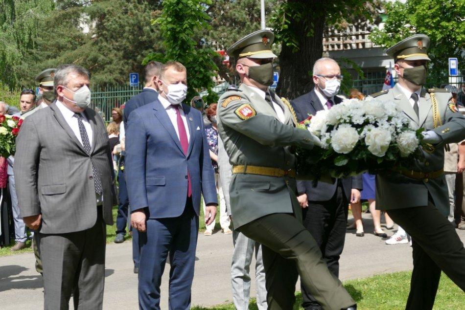 Kollár počas položenia vencov k Pamätníku Memoranda národa slovenského v Martine