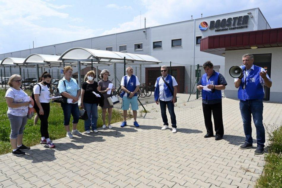 FOTO: Zamestnanci strojárskej spoločnosti v Beluši pred vstupom do štrajku