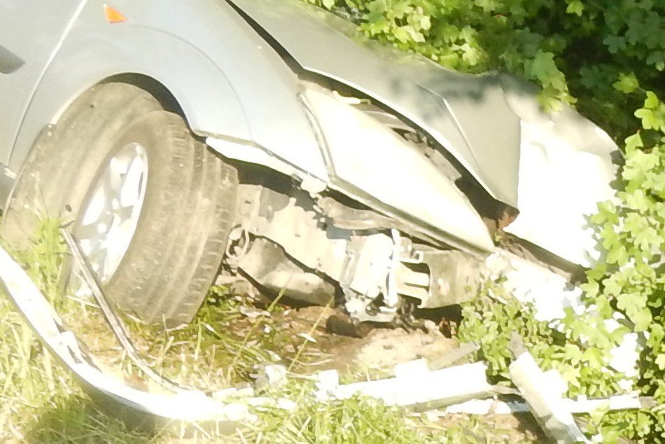 FOTO: Muž vo Sverepci zaspal za volantom, prešiel do protismeru a zišiel z cesty