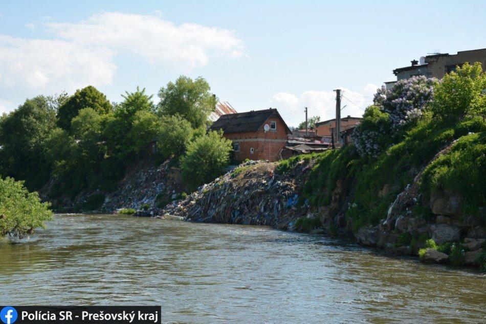 350 ton odpadu nad riekou Poprad: Policajti začali trestné stíhanie