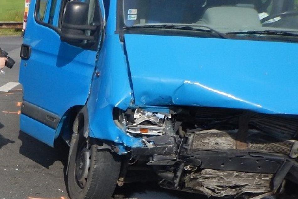 V OBRAZOCH: Pri Lieskovci došlo k zrážke auta s dodávkou plnou ľudí