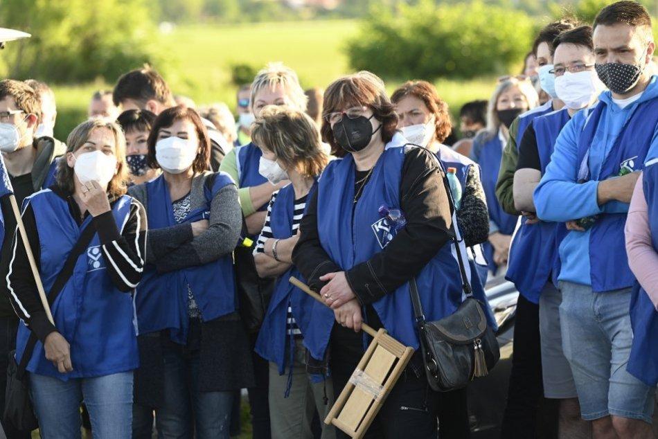 FOTO: Zamestnanci strojárskej spoločnosti v Beluši vstúpili do ostrého štrajku