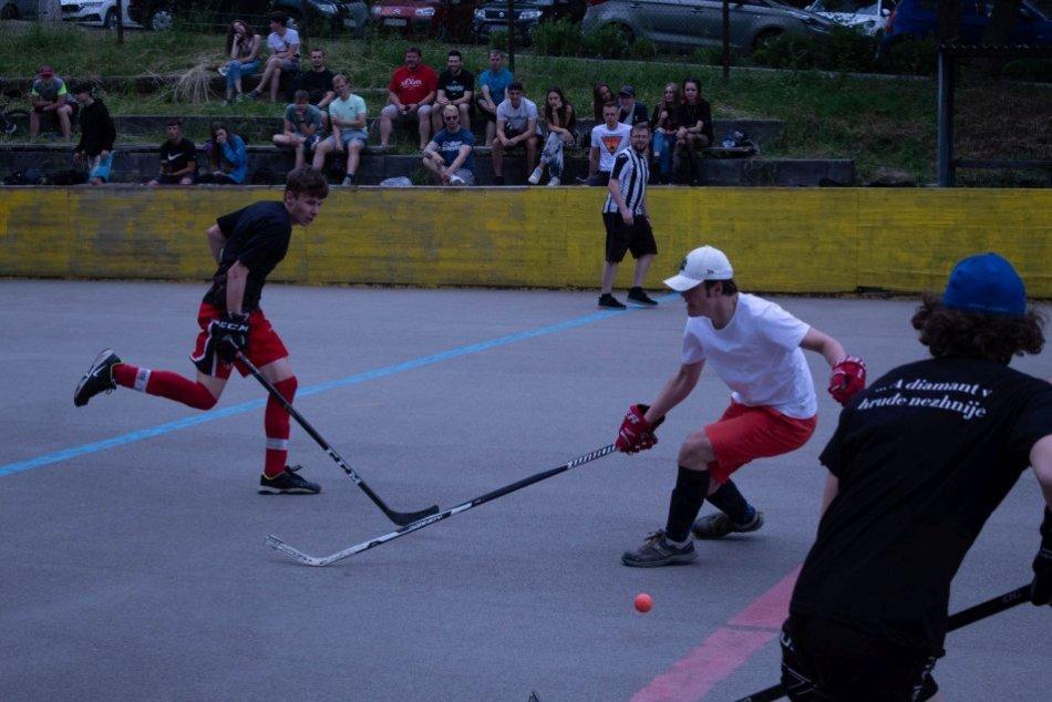 V OBRAZOCH: Bystrické gymnáziá si to rozdali v hokejbale