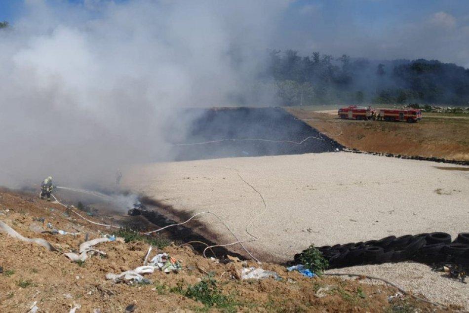 OBRAZOM: Požiar skládky v obci Kalná nad Hronom