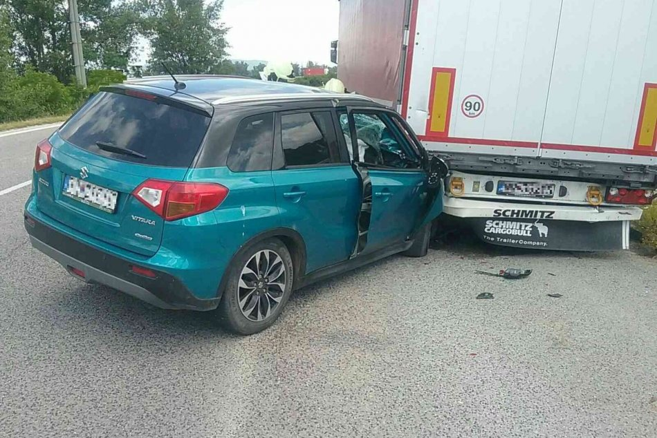 FOTO: Zrážka osobného auta s kamiónom v Lúke si vyžiadala jednu zranenú osobu