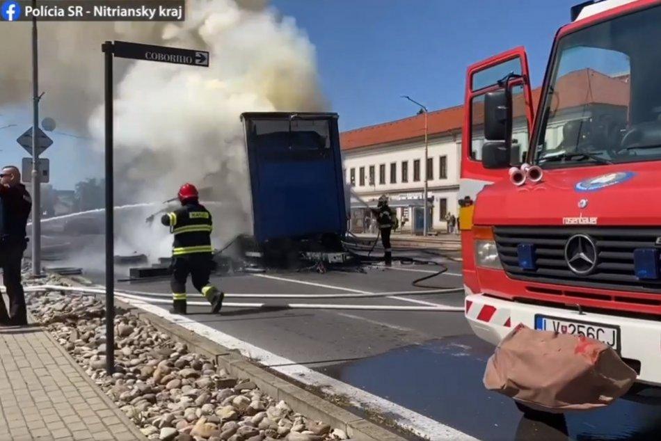 V centre Nitry horel náves nákladného auta