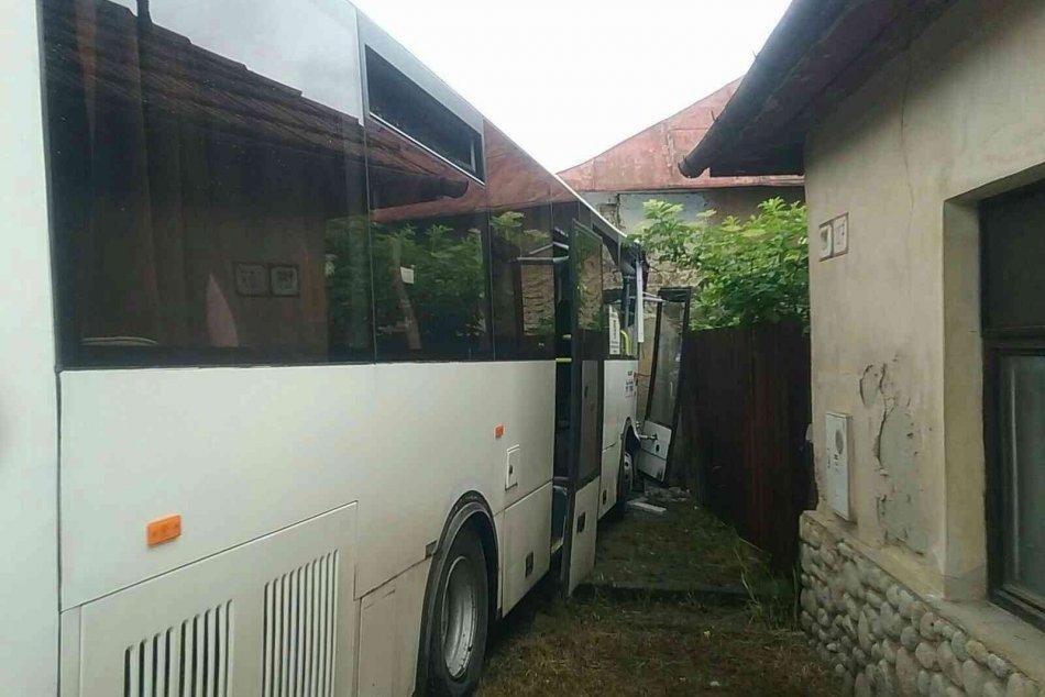V OBRAZOCH: Autobus s cestujúcimi nabúral do rodinného domu