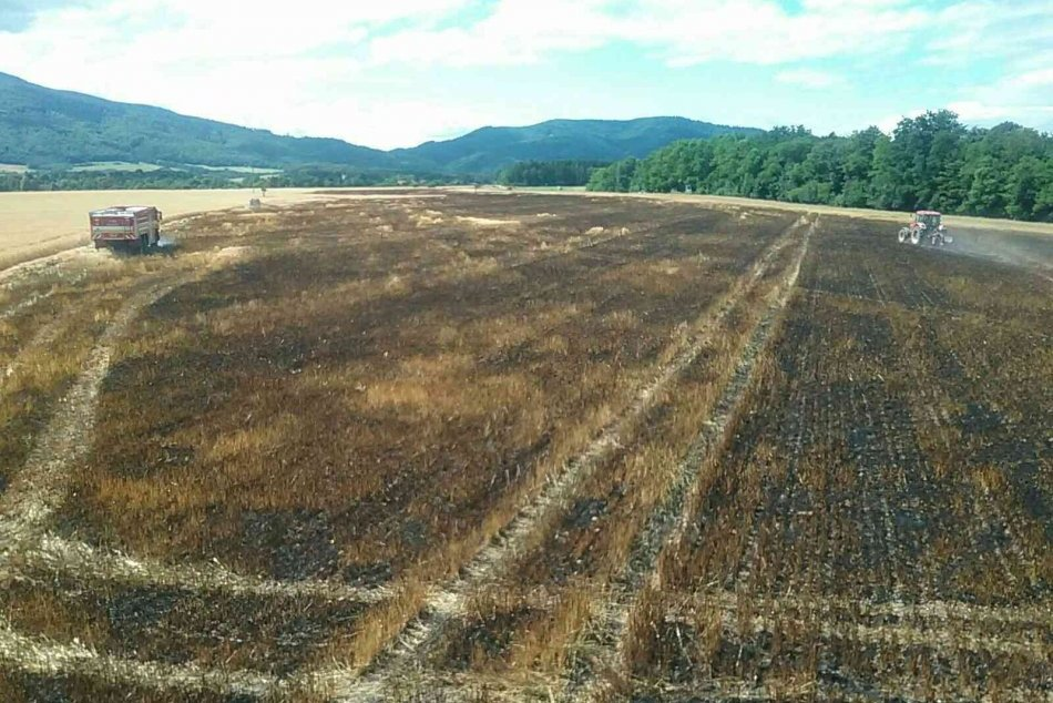 OBRAZOM: Požiar obilia na poli v obci Malinová
